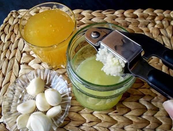 Приготовление смеси из меда и чеснока
