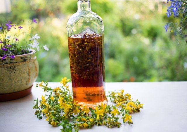 Спиртовая настойка из сухой травы зверобоя