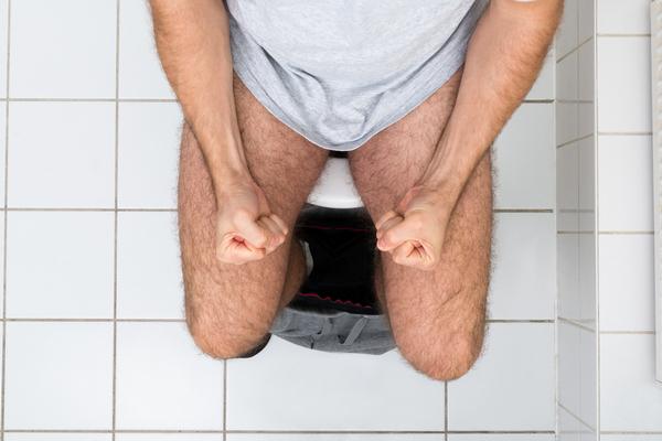 Мужчина тужится в туалете