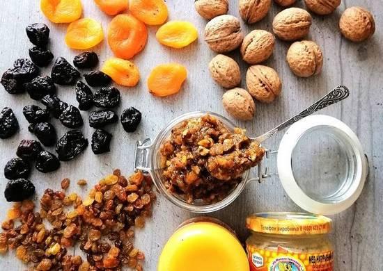 Смесь из меда, орехов и сухофруктов