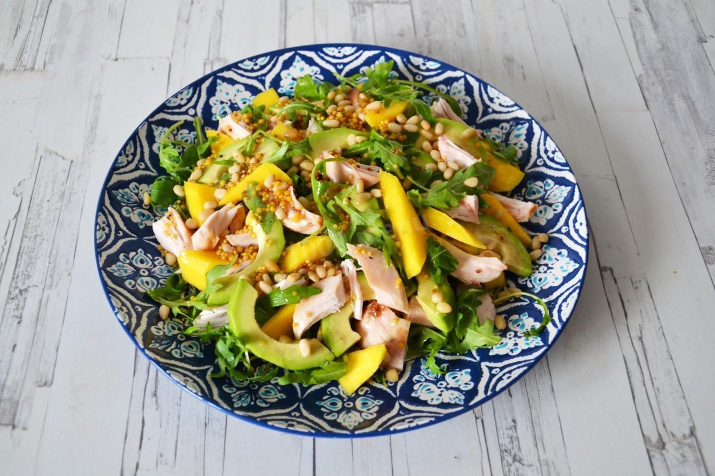 Салат с манго, авокадо и курицей